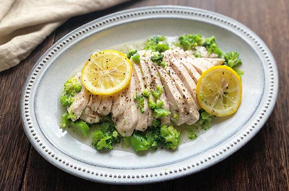 さっぱり美味しい!白だしで作るレモンペッパー蒸し鶏