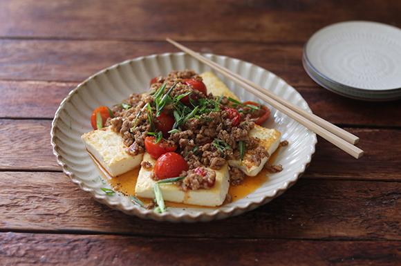 豆腐ステーキのピリ辛トマトそぼろのせ