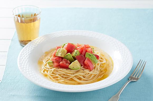 レンジで簡単!トマトとアボカドの冷製白だしパスタ