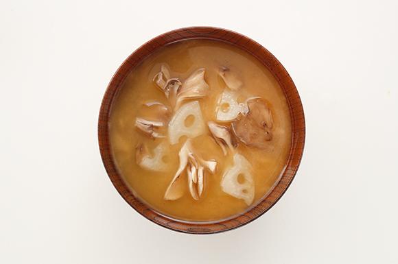 れんこんときのこの歯ざわり楽しむ味噌汁