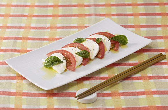 煮干しオリーブオイルのトマトとモッツァレラチーズのカプレーゼ