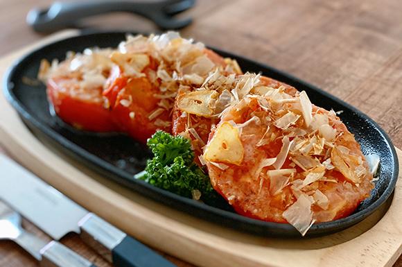 甘さ倍増!にんにくとかつお節香るトマトステーキ