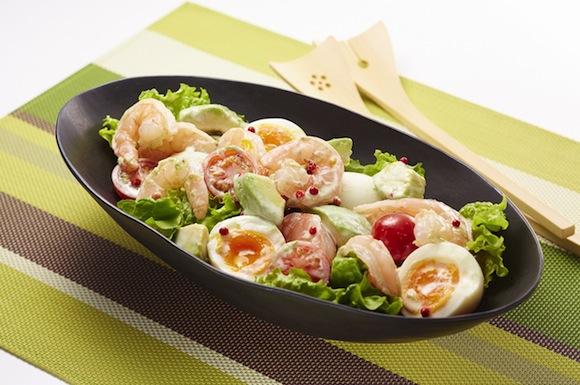 えびとアボカドとゆで卵のサラダ