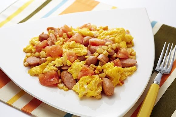 ソーセージとトマトの卵炒め